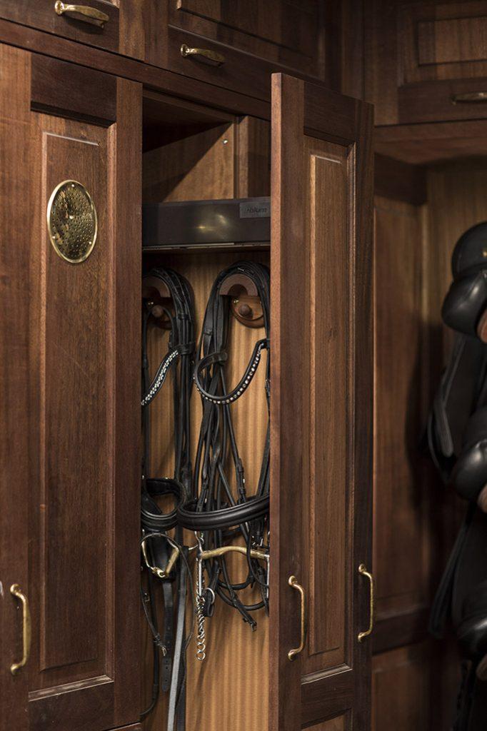 Detail des ausziehbaren Kleiderschranks mit Zaumzeug