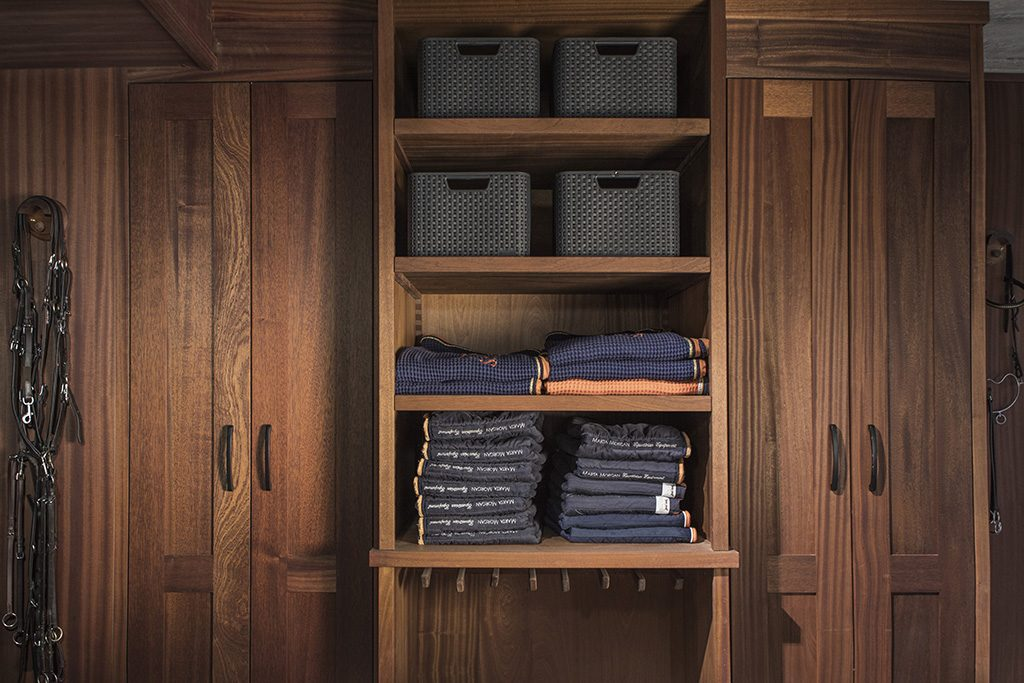Tack room furnishing, compartmentalisation with hanging area