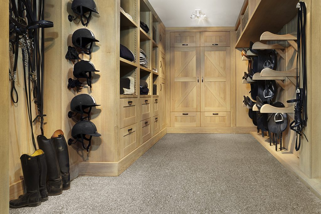 Tack room in natural oak with saddle support