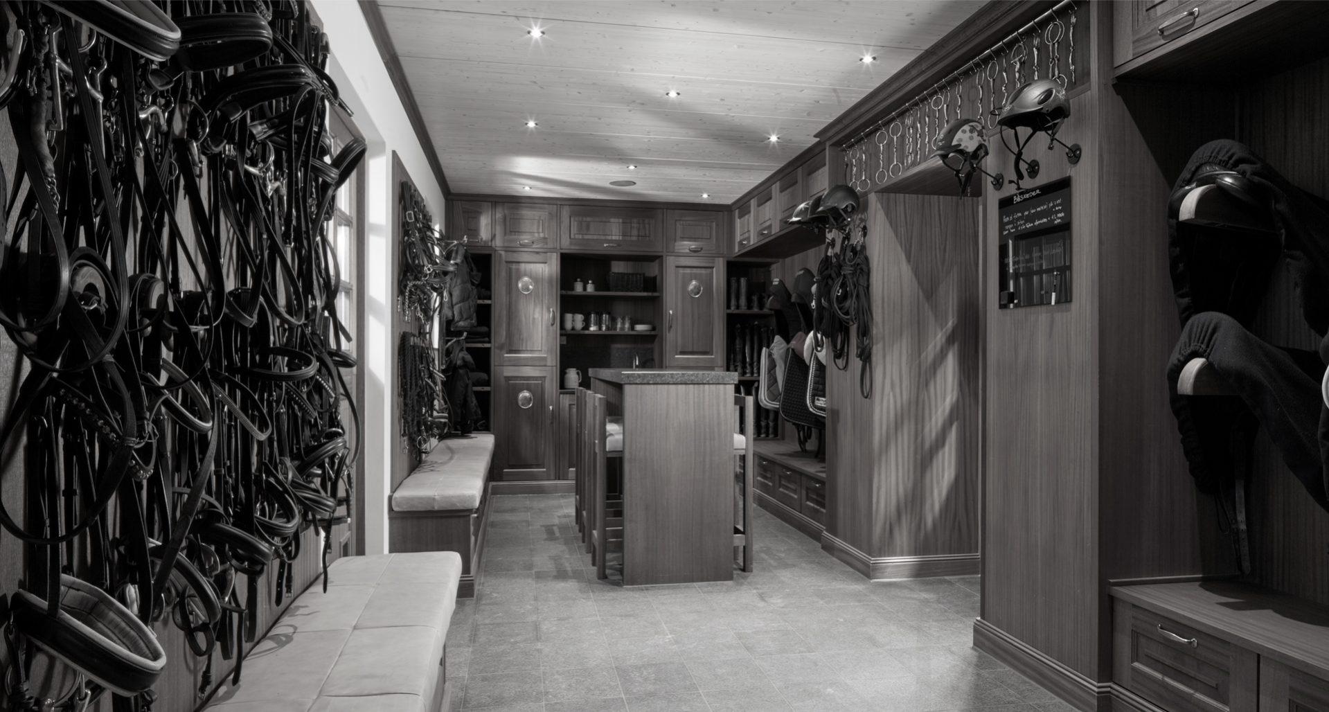 zwart wit foto van luxe zadelkamer met zitgedeelte