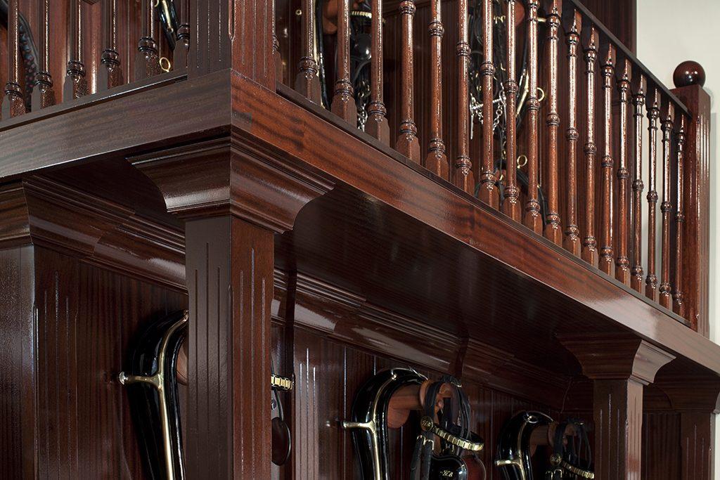 luxe tuigkamer inrichting uitgevoerd in mahonie hout
