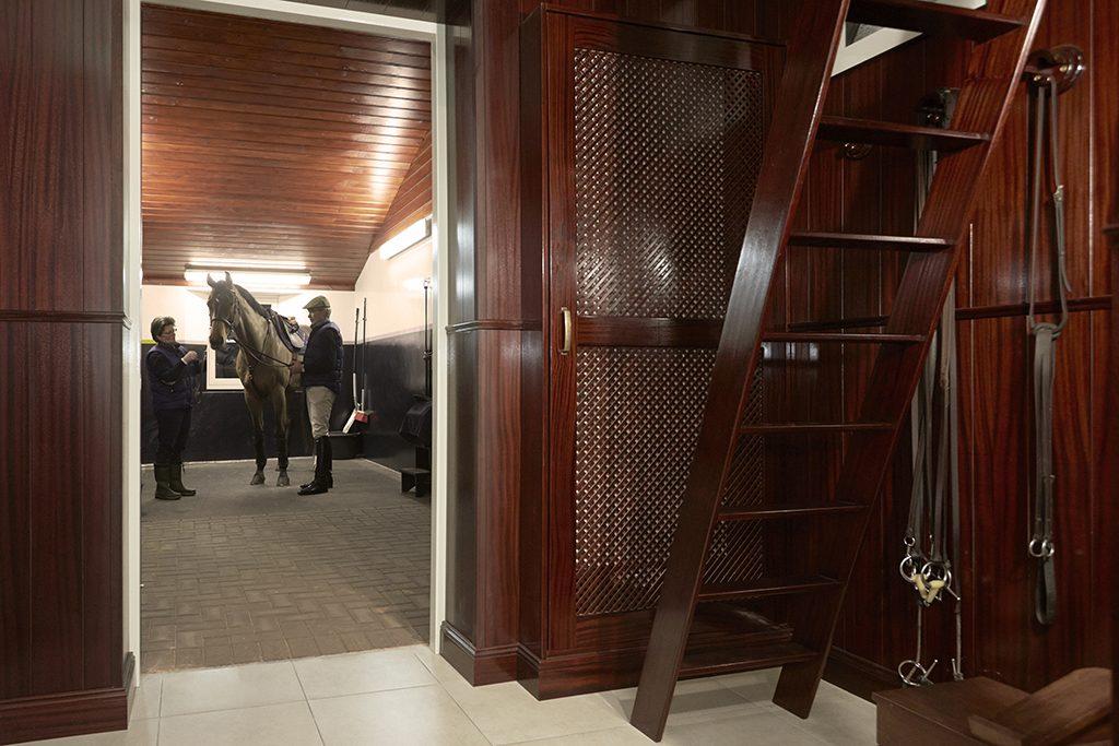 Luxe zadelkamer met mahonie houten inrichting